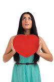 Mujer que lleva a cabo la muestra del corazón del día de tarjetas del día de San Valentín Fotografía de archivo