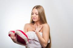 Mujer que lleva a cabo la muestra del corazón del día de tarjetas del día de San Valentín Imágenes de archivo libres de regalías