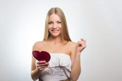 Mujer que lleva a cabo la muestra del corazón del día de tarjetas del día de San Valentín Fotos de archivo