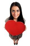 Mujer que lleva a cabo la muestra del corazón del día de tarjetas del día de San Valentín Foto de archivo libre de regalías
