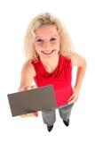 Mujer que lleva a cabo la muestra en blanco Fotografía de archivo libre de regalías