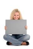Mujer que lleva a cabo la muestra en blanco Imágenes de archivo libres de regalías