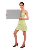 Mujer que lleva a cabo la muestra en blanco Foto de archivo