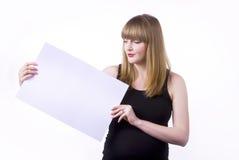 Mujer que lleva a cabo la muestra en blanco Fotos de archivo libres de regalías