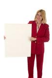 Mujer que lleva a cabo la muestra en blanco 4 Imagen de archivo libre de regalías