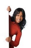 Mujer que lleva a cabo la muestra en blanco foto de archivo libre de regalías