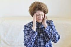 Mujer que lleva a cabo las manos en la cabeza, depresión, dolor, jaqueca Fotos de archivo libres de regalías