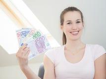 Mujer que lleva a cabo las porciones de notas euro Fotos de archivo libres de regalías