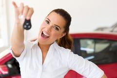 Mujer que lleva a cabo llave del coche Imagenes de archivo
