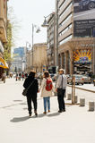 Mujer que lleva a cabo a mano a sus padres que caminan en la calle Fotos de archivo libres de regalías