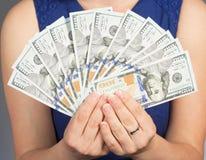 Mujer que lleva a cabo nuevas 100 cuentas de dólar de EE. UU. Imagen de archivo libre de regalías