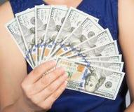 Mujer que lleva a cabo nuevas 100 cuentas de dólar de EE. UU. Imágenes de archivo libres de regalías