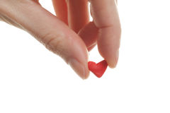 Mujer que lleva a cabo poco corazón rojo de la tarjeta del día de San Valentín del St. Foto de archivo libre de regalías