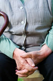 Mujer que lleva a cabo sus manos juntas Fotos de archivo libres de regalías