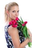 Mujer que lleva a cabo un manojo de ramo rojo de los tulipanes Fotos de archivo libres de regalías