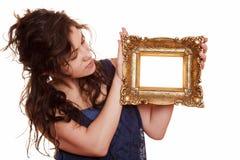 Mujer que lleva a cabo un marco Foto de archivo libre de regalías