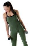 Mujer que lleva a cabo un par de pesas de gimnasia Imagen de archivo libre de regalías