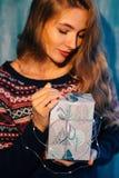 Mujer que lleva a cabo un regalo de Navidad Foto de archivo