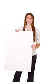 Mujer que lleva a cabo una muestra en blanco Fotografía de archivo