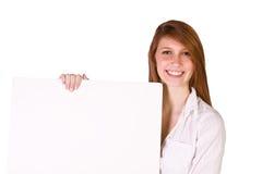 Mujer que lleva a cabo una muestra en blanco Imagen de archivo libre de regalías