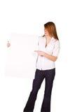 Mujer que lleva a cabo una muestra en blanco Foto de archivo