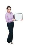 Mujer que lleva a cabo una muestra en blanco fotos de archivo libres de regalías