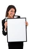 Mujer que lleva a cabo a una tarjeta en blanco Foto de archivo
