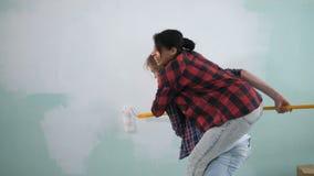 Mujer que lleva a cuestas al hombre durante la renovación metrajes