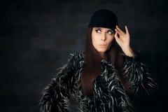 Mujer que lleva el abrigo de pieles hermoso del invierno y el sombrero de moda Foto de archivo