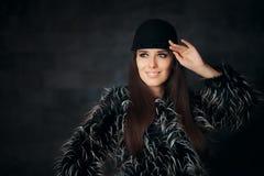 Mujer que lleva el abrigo de pieles hermoso del invierno y el sombrero de moda Fotos de archivo