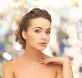 Mujer que lleva el colgante brillante del diamante Imagen de archivo