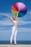 Mujer que lleva el paraguas iridiscente Fotos de archivo libres de regalías