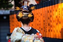 Mujer que lleva el paseo japonés tradicional del kimono en la calle de Gion, Kyoto Fotografía de archivo