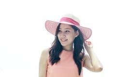 Mujer que lleva el sombrero de paja rosado con la expresión de feliz imagen de archivo libre de regalías