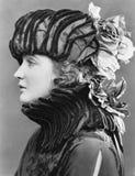 Mujer que lleva el sombrero elaborado (todas las personas representadas no son vivas más largo y ningún estado existe Garantías d fotografía de archivo