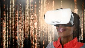 Mujer que lleva el vídeo del engranaje de VR