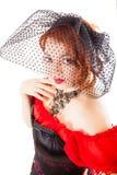 Mujer que lleva el vestido rojo con velo foto de archivo libre de regalías