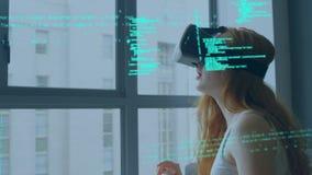 Mujer que lleva gafas virtuales almacen de video
