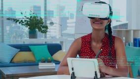 Mujer que lleva gafas virtuales en la sala de estar almacen de metraje de vídeo