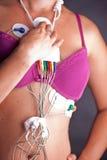 Mujer que lleva a Holter Heart Monitor Imagen de archivo libre de regalías