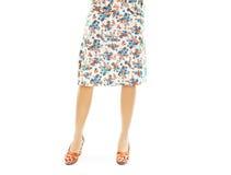 Mujer que lleva la falda floral y las sandalias anaranjadas Fotos de archivo