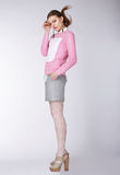 Mujer que lleva la ropa casual que presenta en el estudio Imágenes de archivo libres de regalías