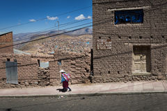 Mujer que lleva la ropa tradicional en la ciudad de Potosi en Bolivia Foto de archivo libre de regalías