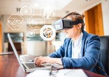 Mujer que lleva las auriculares de la realidad virtual de VR con el interfaz de la aptitud de la salud Imagen de archivo libre de regalías