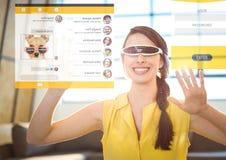 Mujer que lleva las auriculares de la realidad virtual de VR con interfaz social de los amigos el medios Foto de archivo libre de regalías