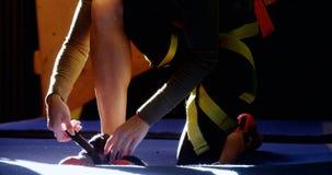 Mujer que lleva su calzado en el gimnasio bouldering 4k almacen de video