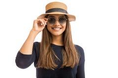 Mujer que lleva Sunhat y las gafas de sol imagenes de archivo