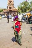 Mujer que lleva sus compras en el mercado de Sadar en Jodhpur, la India Imagen de archivo libre de regalías