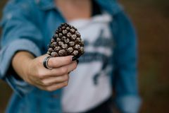 Mujer que lleva un anillo imagen de archivo libre de regalías