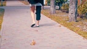 Mujer que lleva un apoyo ortopédico de la pierna con las correas ajustables para inmovilizar su cirugía de siguiente de la pierna almacen de metraje de vídeo
